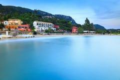 Paesaggio lungo di esposizione della spiaggia di sabbia famosa di Paleokastritsa in c fotografie stock