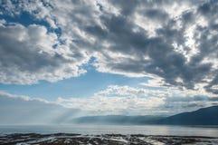 Paesaggio lungo la riva dell'acqua Fotografia Stock Libera da Diritti