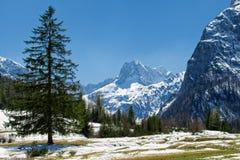Paesaggio maestoso della montagna nella neve in anticipo di primavera che si fonde nelle alpi, Austria, Tirolo Fotografia Stock