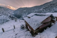Paesaggio maestoso di inverno che emette luce dalla luce solare di mattina Scena invernale drammatica in Himalaya fotografie stock