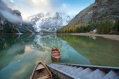 Paesaggio magico di autunno con le barche sul lago vicino alla scala nevosa Immagini Stock