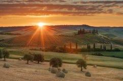 Paesaggio magnifico della molla ad alba Bella vista della casa toscana tipica dell'azienda agricola, colline dell'onda verde fotografia stock libera da diritti