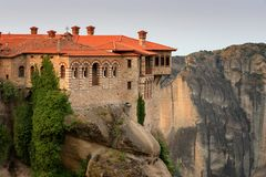 Paesaggio magnifico della molla La bella vista sul monastero santo di Varlaam ha disposto sul bordo di alte rocce fotografia stock