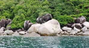Paesaggio marino con i massi di pietra, Koh Tao, Tailandia Fotografia Stock