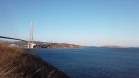 Paesaggio marino con le viste del ponte russo stock footage