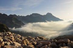Paesaggio marittimo da alba, Italia delle alpi Immagini Stock