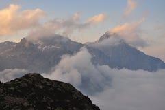 Paesaggio marittimo dal tramonto, Italia delle alpi Immagine Stock