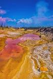 Paesaggio marziano Canyon accanto alla pianta metallurgica Violazione dell'ecologia Suolo dei colori differenti dell'arcobaleno immagini stock