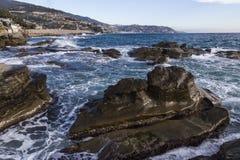 Paesaggio Mediterraneo con il villaggio di Sanremo sui precedenti Immagini Stock