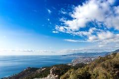 Paesaggio Mediterraneo con le rovine della città antica, mare Fotografia Stock Libera da Diritti