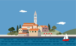 Paesaggio Mediterraneo dal mare, poca città, località di soggiorno, spiaggia, Immagini Stock