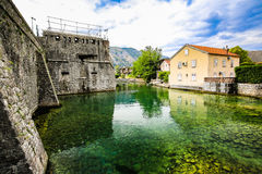 Paesaggio Mediterraneo Mura di cinta, fortificazioni e fiume medievali in Cattaro, Montenegro Immagini Stock Libere da Diritti