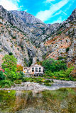 Paesaggio Mediterraneo Scogliere sporgentesi, vecchia centrale elettrica e fiume Immagini Stock Libere da Diritti