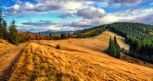Paesaggio meraviglioso della montagna di autunno nuvole maestose e nuvolose nel cielo Fotografia Stock