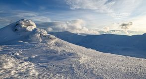 Paesaggio meraviglioso di inverno un giorno soleggiato Struttura irreale, fantastica, mistica, congelata con gelo, ghiaccio e nev fotografie stock