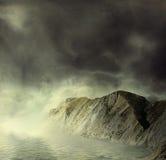 Paesaggio. Montagne e mare in foschia royalty illustrazione gratis