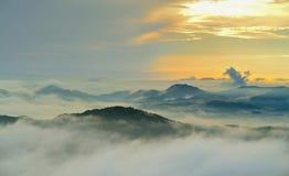 paesaggio Montagne, salire o una seduta del sole/ Immagini Stock
