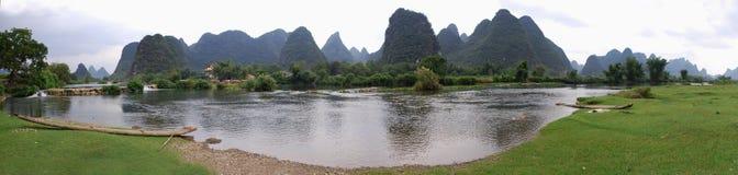 Paesaggio, montagne in Yangshuo e fiume Lee fotografia stock libera da diritti