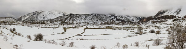 Paesaggio montagnoso di panorama con neve Immagine Stock Libera da Diritti
