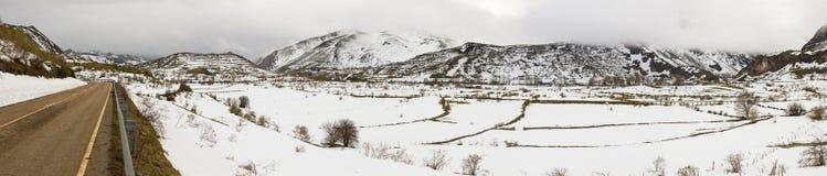 Paesaggio montagnoso di panorama con neve e la strada Fotografia Stock Libera da Diritti