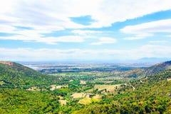 Paesaggio naturale con le montagne, i boschetti, la foresta verde e la valle Fotografie Stock