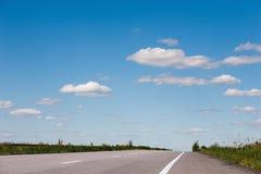 Paesaggio naturale della strada campestre sul fondo del cielo blu Fotografie Stock