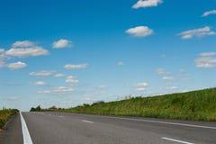 Paesaggio naturale della strada campestre sul fondo del cielo blu Immagini Stock