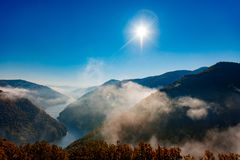 Paesaggio nebbioso del fiume Fotografia Stock