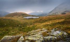 Paesaggio nebbioso della montagna con il Tarn al tramonto Fotografia Stock