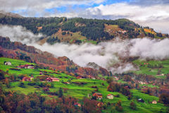 Paesaggio nebbioso della montagna delle alpi della Svizzera con le nuvole Fotografia Stock Libera da Diritti