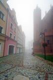 Paesaggio nebbioso della via della città di Kwidzyn Fotografie Stock Libere da Diritti