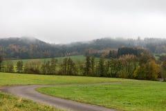 Paesaggio nebbioso di autunno Immagine Stock