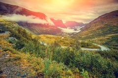 Paesaggio nebbioso di autunno della montagna con il cielo nuvoloso Immagini Stock Libere da Diritti