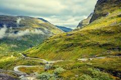 Paesaggio nebbioso di autunno della montagna con il cielo nuvoloso Fotografia Stock Libera da Diritti