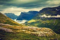 Paesaggio nebbioso di autunno della montagna con il cielo nuvoloso Fotografia Stock