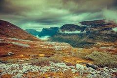 Paesaggio nebbioso di autunno della montagna con il cielo nuvoloso Immagine Stock