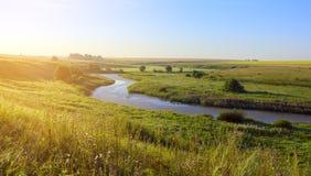 Paesaggio nebbioso di estate con il fiume ad alba fotografia stock libera da diritti
