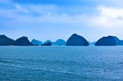 Paesaggio nebbioso di morfologia carsica della baia di lunghezza dell'ha nel Vietnam Fotografia Stock Libera da Diritti