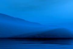 Paesaggio nebbioso di notte illustrazione di stock