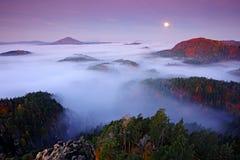 Paesaggio nebbioso di notte con la luna Paesaggio ceco di autunno Colline e villaggi con la mattina nebbiosa Valle di caduta di m immagini stock libere da diritti