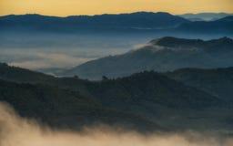 Paesaggio nebbioso mistico di mattina Fotografie Stock