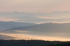 Paesaggio nebbioso in montagne di Bieszczady, Polonia, Europa Immagini Stock