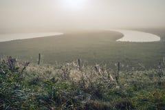 Paesaggio nebbioso su un primo mattino nella stagione di caduta Fotografia Stock Libera da Diritti