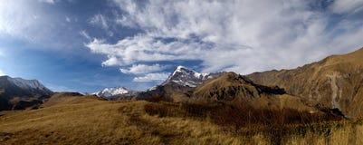Paesaggio nel panorama delle montagne Immagini Stock Libere da Diritti
