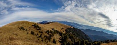 Paesaggio nel panorama delle montagne Fotografie Stock Libere da Diritti