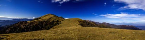 Paesaggio nel panorama delle montagne Fotografia Stock