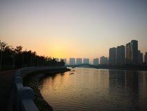Paesaggio nel tramonto vicino al parco della zona umida immagini stock libere da diritti