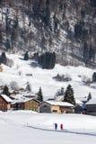 Paesaggio nelle alpi, correre di inverno degli sciatori, austriaco Fotografie Stock Libere da Diritti