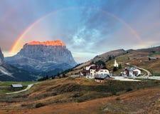 Paesaggio nelle alpi dell'Italia - Passo Gardena della montagna in dolomia Fotografia Stock