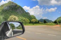 Paesaggio nello specchio del sideview Immagini Stock